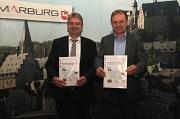 Zusammen mit dem Vorsitzenden des Gutachterausschusses, Walter Ruth, stellte Bürgermeister Wieland Stötzel (links) den Immobilienmarktbericht 2018 für die Stadt Marburg vor.
