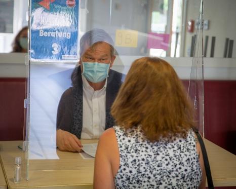 Marburger Ärzt*innen, darunter auch der Oberbürgermeister Dr. Thomas Spies, führten die medizinischen Aufklärungsgespräche vor Ort.©Patricia Grähling, Stadt Marburg