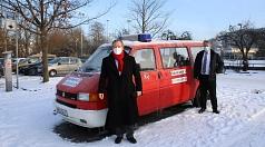 """Oberbürgermeister Dr. Thomas Spies und Bürgermeister Wieland Stötzel stellen einen der """"Impf-Busse"""" der Stadt Marburg vor: Mitarbeiter*innen der Stadt fahren mit den Fahrzeugen Marburger*innen, die keine andere Möglichkeit haben, zu ihrem Impf-Termin."""