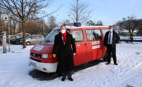 """Oberbürgermeister Dr. Thomas Spies und Bürgermeister Wieland Stötzel stellen einen der """"Impf-Busse"""" der Stadt Marburg vor: Mitarbeiter*innen der Stadt fahren mit den Fahrzeugen Marburger*innen, die keine andere Möglichkeit haben, zu ihrem Impf-Termin.©Universitätsstadt Marburg"""