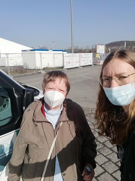 """Impffahrerin Luisa Feike hat in Ihrem ersten Diensteinsatz gleich mehrere Marburger*innen ins Impfzentrum gefahren. Dabei wird streng auf die Einhaltung der Hygieneregeln geachtet, selbst bei """"Selfies"""" mit Frau D., einer Seniorin auf dem Weg zur ersten Im©Luisa Feike, i.A.d. Stadt Marburg"""