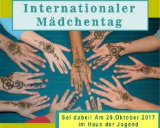 Auf einem Tisch sieht man zahlreiche Hände, die mit Hennatattoos bemalt sind, ober der Text Internationaler Mädchentag, unten Sei dabei! Am 29.Oktober 2017 im Haus der Jugend.©Universitätsstadt Marburg