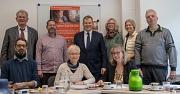 """Gemeinsamer Start von """"In Würde teilhaben Marburg"""": Oberbürgermeister Dr. Thomas Spies (Mitte) stellt das Projekt zusammen mit Rainer Dolle (Geschäftsführer Arbeit und Bildung, v.l.), Charles Guillaume (Abteilungsleiter Arbeit und Bildung), Peter Schmidt"""