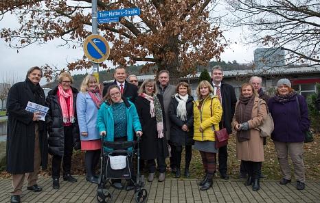 Oberbürgermeister Dr. Thomas Spies (5. von links) hat gemeinsam mit Professor Dr. Reinier Mutters (8. von links) unter dem Applaus von Bürgermeister Wieland Stötzel (4. von rechts), Stadtverordnetenvorsteherin Marianne Wölk (7. von links) und Vertretern d©Stadt Marburg, Patricia Grähling
