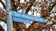 Ein neues Straßenschild ziert die bisherige Industriestraße in Wehrda. Es ehrt den verstorbenen Lebenshilfe-Gründer Tom Mutters.©Stadt Marburg, Patricia Grähling
