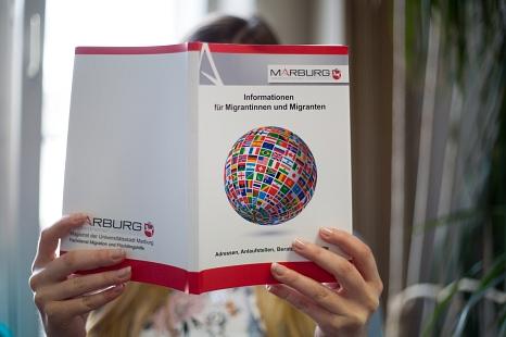 Auf 121 Seiten bietet die neu aufgelegte Broschüre eine übersichtliche Sammlung wichtiger Informationen über Dienstleistungen und weitere Angebote in der Stadt.©Stadt Marburg, Patricia Grähling