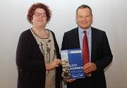 Zusammen mit seiner persönlichen Referentin Elke Siebler stellte Oberbürgermeister Dr. Thomas Spies die aktuelle Arbeit des Runden Tisches Integration sowie die Willkommensmappe der Stadt vor.