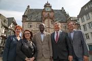 Oberbürgermeister Dr. Thomas Spies (2. von rechts) hat Shérif Korodowou (mitte) zum ersten Integrationsbeauftragten der Stadt Marburg ernannt. Auf die Zusammenarbeit freuen sich auch Dr. Christine Amend-Wegmann, Goarik Gareyan und Wolfgang Engler.