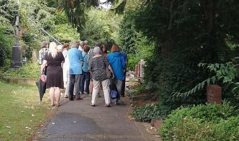 Interessierte Bürgerinnen und Bürger beim Info-Rundgang über den Hauptfriedhof©Universitätsstadt Marburg