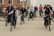 Oberbürgermeister Dr. Thomas Spies (links) gab den Startschuss zur zweiten interkulturellen Radtour, bei der es zur Zeiteninsel nach Argenstein ging. (Foto: Heiko Krause, i. A. Stadt Marburg)
