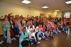 Im Jugendtreff Volle Hütte versammelten sich zahlreiche Teilnehmerinnen und Teamerinnen zu einem Gruppenfoto.©Universitätsstadt Marburg