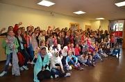 Im Jugendtreff Volle Hütte versammelten sich zahlreiche Teilnehmerinnen und Teamerinnen zu einem Gruppenfoto.