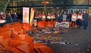 Oberbürgermeister Dr. Thomas Spies (rechts) machte als Schirmherr einer Aktion des Zonta Clubs und des Soroptimist International Clubs Marburg vor dem Hörsaalgebäude auf den Internationalen Tag gegen Gewalt an Frauen aufmerksam.