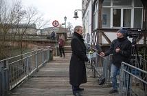 Oberbürgermeister Dr. Thomas Spies steht dem hr vor der Kamera zur Sanierung der Weidenhäuser Brücke Rede und Antwort.