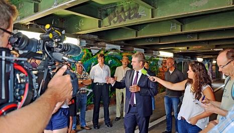 """Unter großem Medieninteresse ist """"LiSA"""" offiziell gestartet: Bürgermeister Wieland Stötzel stellte die Anlage für eine """"Livebild- und Sprechverbindung auf Abruf"""" im Jägertunnel vor.©Stadt Marburg, Birgit Heimrich"""