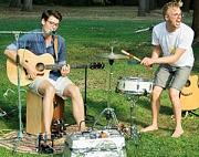Jan und Henri mit Gitarre und Schlagzeug in Aktion