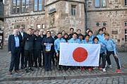 Stadträtin Kirsten Dinnebier (7.v.l.) freute sich, die japanische Blindenfußball-Nationalmannschaft in Marburg begrüßen zu dürfen.