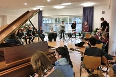 In einem großen hellen Raum sieht man viele junge Menschen an Instrumenten.©Universitätsstadt Marburg
