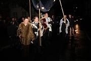 Singend und tanzend brachten die Gemeindemitglieder ihre neue Thora in die Synagoge in der Liebigstraße.