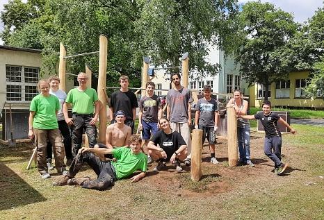 Jugendliche haben gemeinsam mit dem beauftragten ALEA-Team und unter Koordination von Patricia Stemper vom IKJG (2.v.r.) die Wiesenfläche am Stadtteilzentrum Stadtwald mit Bewegungsangeboten gestaltet.©IKJG Marburg