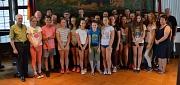 25 Kinder und Jugendliche mit ihren Betreuerinnen und Betreuern aus Maribor sowie den am Besuch beteiligten Mitarbeiterinnen und Mitarbeitern der städtischen Jugendförderung hat Bürgermeister Dr. Franz Kahle (hinten 4. von links) im Historischen Rathaussa