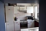 Die Küchenzeile im Jugendhaus Wehrda mit Kühlschrank, Herd und Ofen, Mikrowelle und Schränken.©Universitätsstadt Marburg