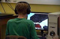 Ein Jugendlicher sitzt am Computer und spielt das PC-Spiel Minetest oder Minecraft.©Universitätsstadt Marburg