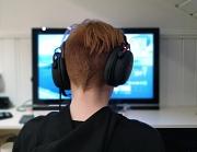 Ein Gamer mit Headset