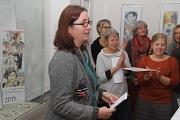 Vor dem Kalender mit berühmten Frauen begrüßte Stadträtin Dr. Kerstin Weinbach (l.) die Besucherinnen und Besucher.