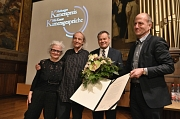 Gruppenbild mit Preisträger: Thomas Mauch (2.v.l.) erhält den Marburger Kamerapreis beim Festakt mit Oberbürgermeister Dr. Thomas Spies (2.v.r.), Uni-Vizepräsident Prof. Dr. Michael Bölker und Laudatorin Anna Crotti.