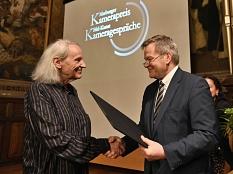 Oberbürgermeister Dr. Thomas Spies (r.) überreicht den mit 5000 Euro dotierten Marburger Kamerapreis an Thomas Mauch.©Georg Kronenberg