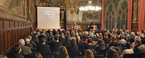 Festakt in der Alten Aula: Vor großem Publikum hat Thomas Mauch den 19. Marburger Kamerapreis verliehen bekommen.©Georg Kronenberg