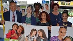 """Sie stellen gemeinsam die Plakat-Kampagne """"Wir sind Marburg! Wir sind bunt!"""" vor: (von links) Oberbürgermeister Dr. Thomas Spies mit den Vertreterinnen des Ausländerbeirats Sarah Arendt, Dr. Nkechi Madubuko, Somayeh Mansouri und Aylin Yüsgülen (vorne rech"""