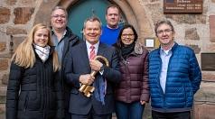 Oberbürgermeister Dr. Thomas Spies hält den goldenen Schlüssel für das Rathaus fest in den Händen. Bei der Rathauserstürmung im Februar 2020 werden die Marburger Karnevalsvereine wieder versuchen, ihn zu ergattern. Das närrische Programm stellte Spies nun