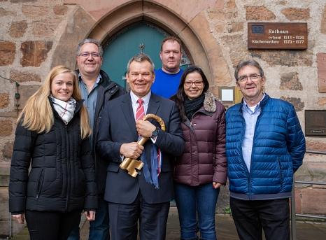 Oberbürgermeister Dr. Thomas Spies hält den goldenen Schlüssel für das Rathaus fest in den Händen. Bei der Rathauserstürmung im Februar 2020 werden die Marburger Karnevalsvereine wieder versuchen, ihn zu ergattern. Das närrische Programm stellte Spies nun©Patricia Grähling, Stadt Marburg