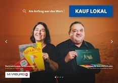 Antje Tietz von Lesezeichen (l.) und Kai Uwe Baehr von Schreibwaren Baehr (r.) auf dem Plakat der Kampagne Kauf lokal.©Universitätsstadt Marburg