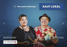 Katrin Semler (links) vom Juwelier Semler und Friedrich (Fiddy) Bode (rechts) von Comics, Kitsch & Kunst auf dem Plakat der Kauf lokal Kampagne.©Universitätsstadt Marburg