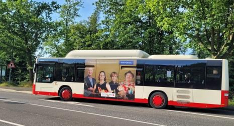 Auf 6 Linienbussen werben die Kauf-lokal-Motive den Sommer über für die Vielfalt des lokalen Einzelhandels.©Jonas Becker, Stadtwerke Marburg