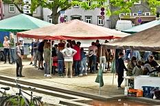 Viele Leute auf dem Elisabeth-Blochmann-Platz an den Kickertischen und an anderen Ständen.©Universitätsstadt Marburg
