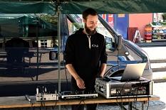 Jonas Berg, Mitarbeiter im Jugendtreff Volle Hütte, mit dem Equipment für die Musik.©Universitätsstadt Marburg