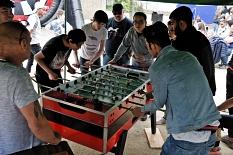 An einem Kickertisch wird gespielt, rund herum stehen zahlreich Zuschauer.©Universitätsstadt Marburg