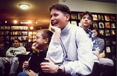 Eine Gruppe von Schülern im Zeitschriftenbereich in lockerer Runde amüsiert sich.©Universitätsstadt Marburg