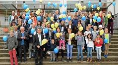 Eine Luftballonaktion gehört zum Programm des Empfangs zum 20-jährigen Bestehen des Kinder- und Jugendparlament. Vor dem TTZ versammeln sich Bürgermeister und Jugenddezernent Dr. Franz Kahle und die Gäste des Empfangs mit aktuellen und ehemaligen KiJuPa-M