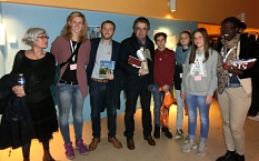 Die Jugendbildungsreferentin Janine Hölzel (2.v.L.)  und weitere Teilnehmer*innen werden von der französischen Delegation empfangen.©Universitätsstadt Marburg