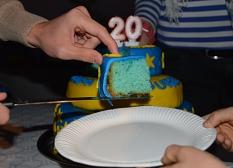 Ein Tortenstück in den Farben des KiJuPa (blau und gelb) wird auf einen Teller gehoben.©Universitätsstadt Marburg
