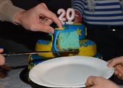 Ein Tortenstück in den Farben des KiJuPa (blau und gelb) wird auf einen Teller gehoben.