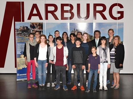 Mit dem neugewählten Vorstand um Manuel Greim (5. v. l., hinten) freuten sich Bürgermeister Dr. Franz Kahle (4. v. r.), Stadtverordnetenvorsteherin Marianne Wölk (r.), kommissarische Fachbereichsleiterin Kinder, Jugend und Familie Stefanie Lambrecht (7. v©Erich Schumacher