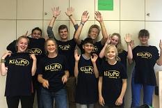 Der Vorstand des Kinder- und Jugendparlaments im August 2019. Die 11 Jugendlichen tragen alle schwarze T-Shirts mit dem gelben Schriftzug KiJuPa Marburg©Universitätsstadt Marburg