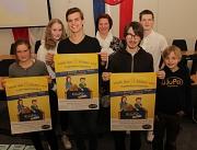 Zusammen mit Friederike Könitz (hinten Mitte) warben die Mitglieder des elften KiJuPa Janouk Kirst (v.l.), Johanna Wahl, Elias Hescher, Adrian Ide, Manuel Greim und Lasse Wenzel für eine große Wahlbeteiligung an den Marburger Schulen.
