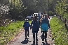 Einige Kinder auf einem Weg ins Grüne.©Universitätsstadt Marburg